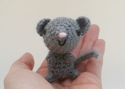 grey amigurumi mouse d