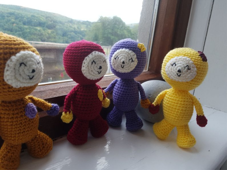 amigurumi dolls chatting